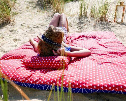 Edredon créé en modèle unique et dans des tissus vintages pour poser au sol, dans la maison, dans le jardin, comme un tapis de sol moelleux pour s'y reposer ou sur un lit, un canapé comme une couverture douce et chaude